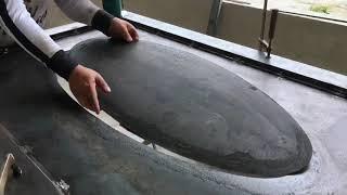 Construcción puerta de metal en alto relieve.