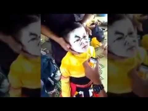 Berteriak Histeris Anak Ini Lihat Mukanya, Lucu Abis