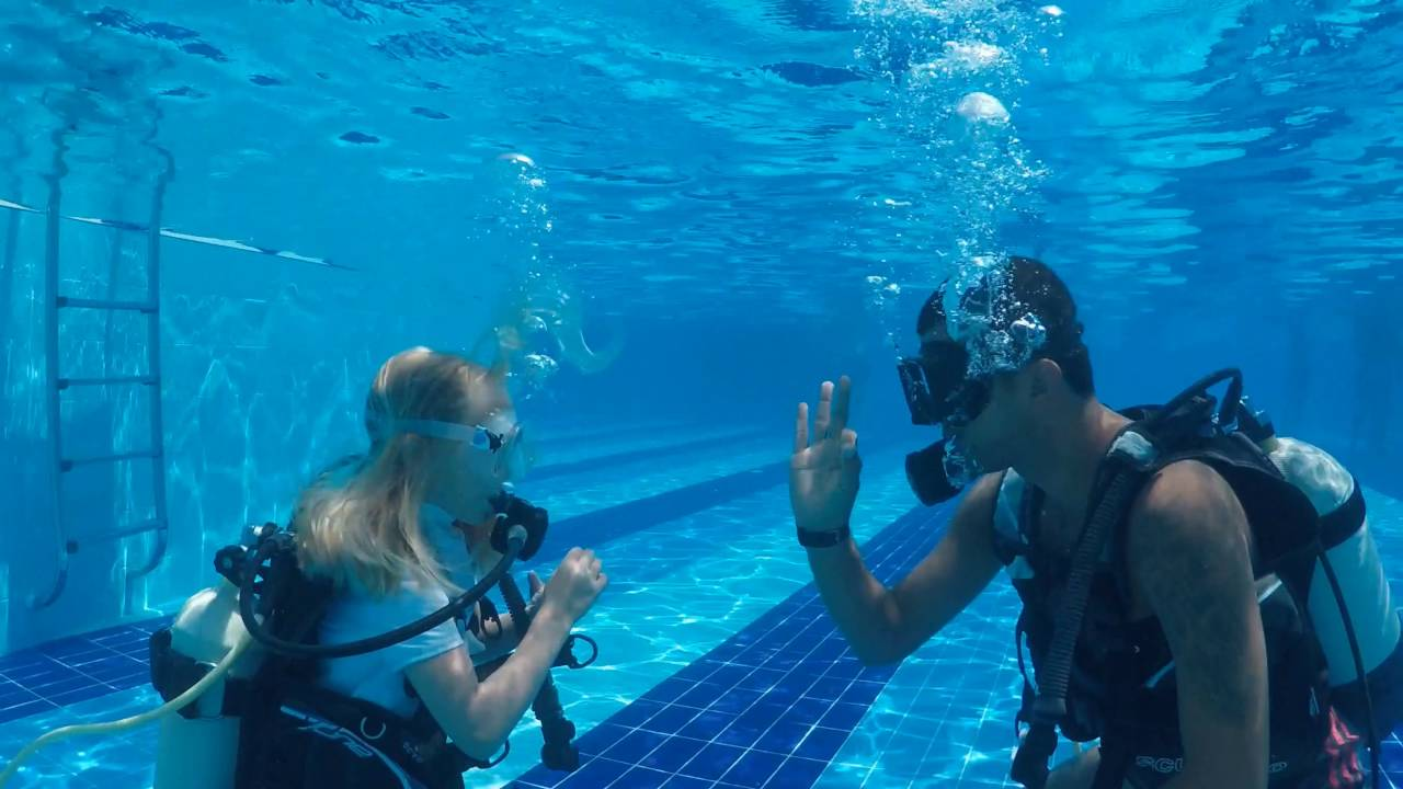 6 YR OLD finishes PADI Bubblemaker Diving Lession - YouTube