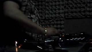 Djkillscream pinchando poky con cantaditas en el lokal de Pelaez dj