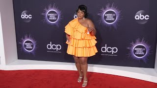 From lizzo's tiny purse to pda dua lipa and heidi klum, stars hit the american music awards red carpet with humor style. (nov. 24) subscribe for mor...