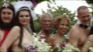 Repeat youtube video Raw Video: Couples Marry Naked in Jamaica