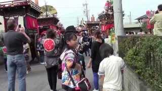 掛川市内の龍尾神社の前に氏子の町内の19町の屋台と小獅子が 整列して...