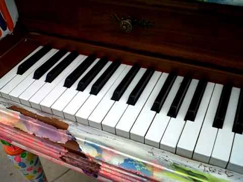 piano colorido añejo
