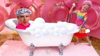 Nastya e o palhaço engraçado e Nastya e pai canção de banho para crianças