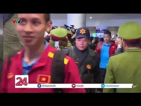 ĐT Việt Nam về nước trong vòng tay của người hâm mộ | VTV24