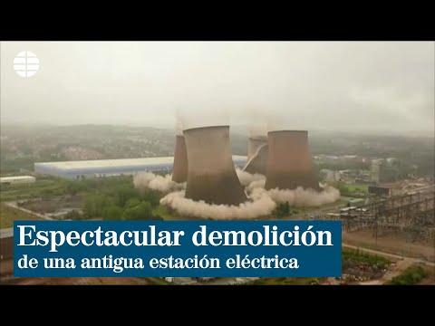 Espectacular demolición de cuatro torres de una antigua estación eléctrica