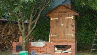Коптильня -  Smokehouse made of bricks and wood(Строительство коптильни. Как сделать коптильню своими руками для дачного участка. Коптильня из кирпича..., 2015-06-13T10:50:46.000Z)