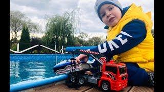 Играем в машинки и запускаем на воду игрушечный Катер для детей