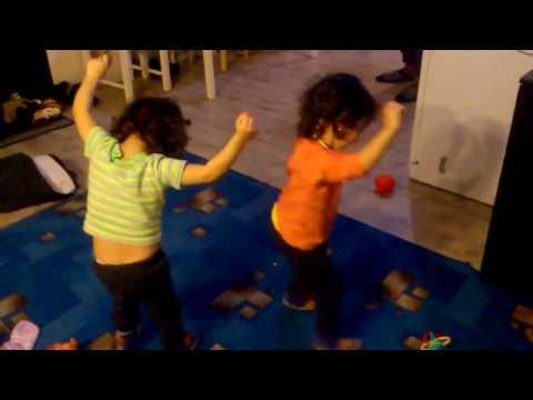 Девченки танцуют