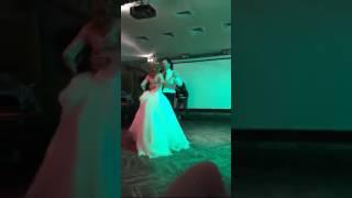 Прекрасный свадебный танец жениха и невесты. Студия
