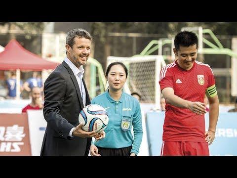 Kronprins Frederik vild med dans og bold i Beijing