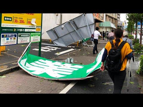Сильнейший тайфун парализовал Токио. Японцам пришлось справлять нужду в поезде