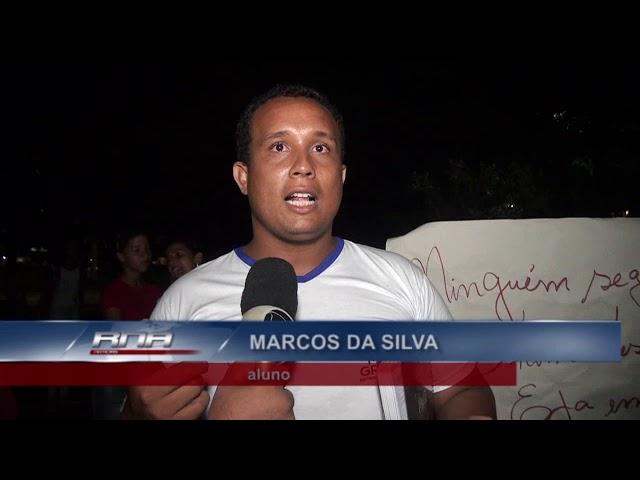 Alunos do centro educação de jovens e adultos se manifestam contra o fechamento das salas anexas