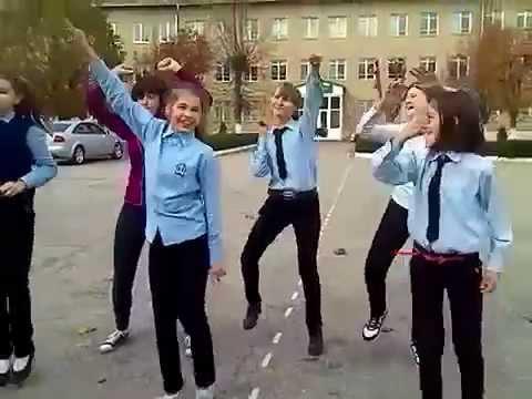 Дети танцуют на