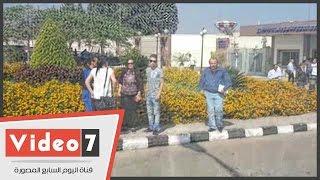 بالفيديو.. فى مطار القاهرة .. القلق يسيطر على وجوه أهالى الطائرة