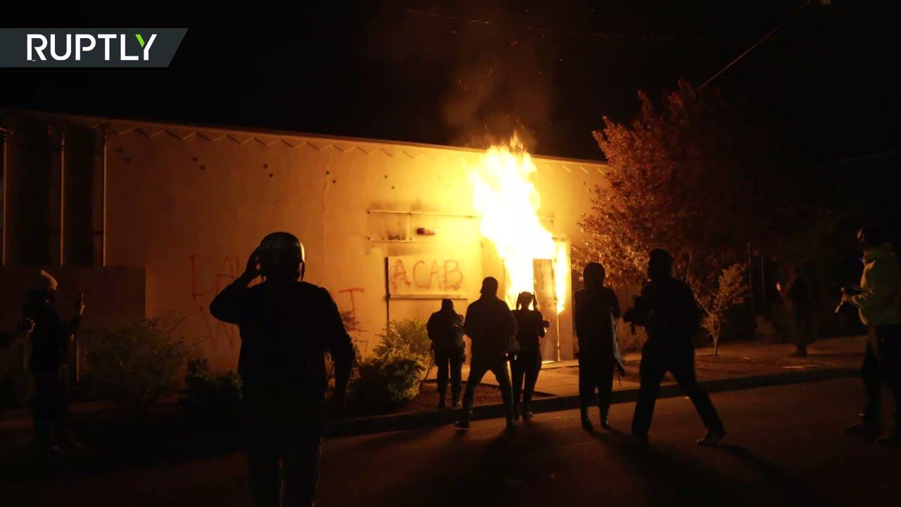 متظاهرون يضرمون النار في مبنى الشرطة وسط الاحتجاجات في بورتلاند الأمريكية  - نشر قبل 3 ساعة