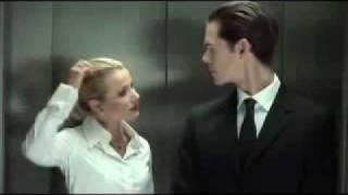 Frau und Mann im Fahrstuhl.mp4