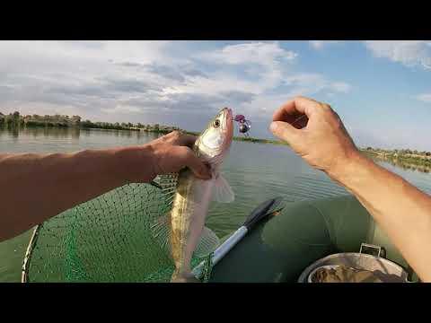 Рыбалка в Алматы.  Ловля судака на джиг с лодки.