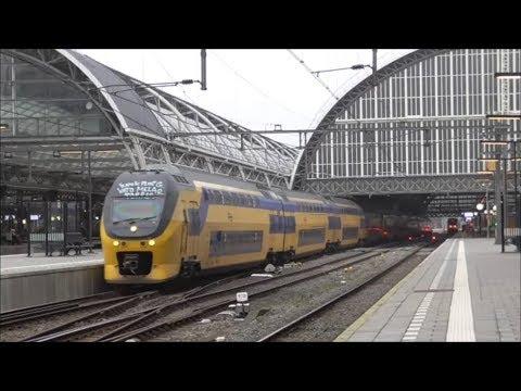 3x VIRM-4 vertrekken van station Amsterdam Centraal