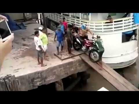 Pior maneira de atravessar uma moto sobre uma ponte