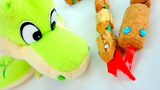 Делаем змейку из пробок. Поделки для детей своими руками