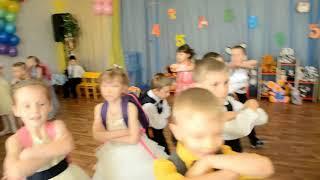 """Вход на выпускной """"Учат в школе"""", с портфелями. Д/с """" 42 """"Пингвинчик"""", г.Верхняя Салда."""