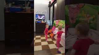 Двойняшки делают зарядку под фильм Усатый нянь