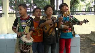 Anak anak pengamen cilik nyanyiin lagu wali.. bagus banget !!