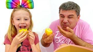Nastya y papá jugando a challenge de verduras reales vs verduras chocolates