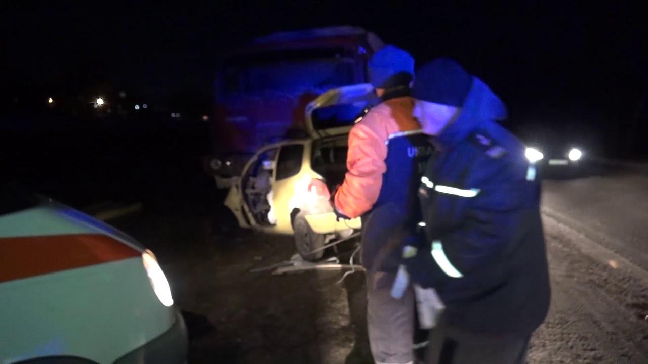 Щоб врятувати водія, прикарпатським рятувальникам довелося вирізати його із понівеченого автомобіля