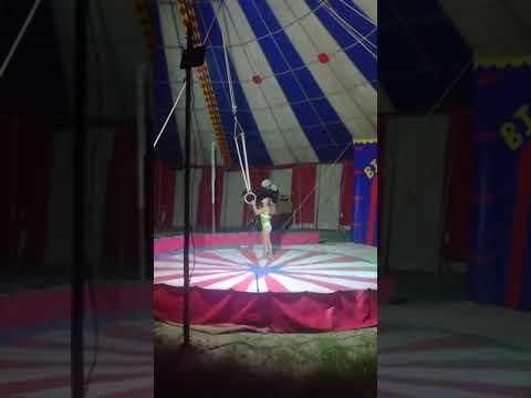 Ruby Asiendo Argollas Olimpicas En El Circo Tifany