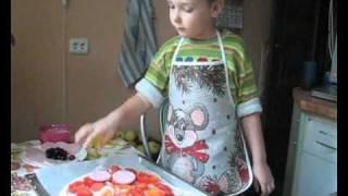 Маленький поваренок готовит пиццу