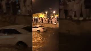 مساعدة شخص علقت سيارته بعد امطار الخرج الغزيره