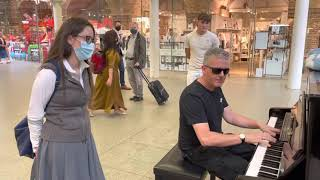 Girl Inspires Amazing Public Piano Improvisation видео