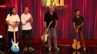 Ban nhạc rock với những chàng trai Tây khuấy động sân khấu.