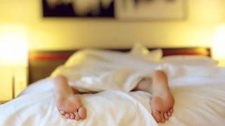 هل تعلم السر وراء إخراج قدمينا من تحت الغطاء أثناء النوم؟