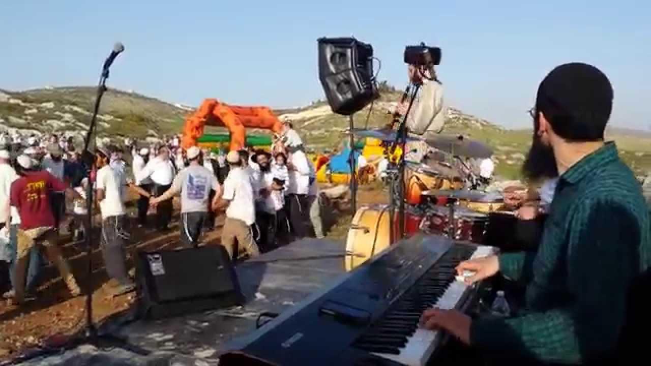 חיליק פרנק בהופעה בגבעת קומי אורי ביצהר