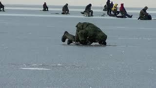 Ловля окуня с льда Ладога Зимняя рыбалка на окуня Черное Ленинградская область 1 декабря 2019 года