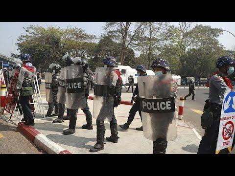 شاهد: عناصر شرطة ميانمار تفرق بالقوة متظاهرين مناهضين للانقلاب …  - 14:58-2021 / 2 / 26
