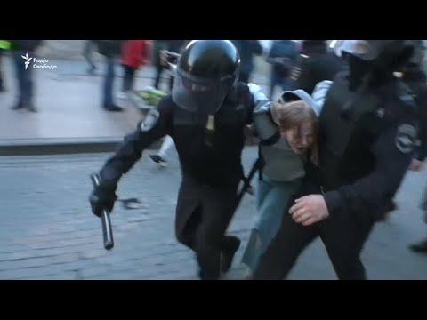 Вдарити жінку в живіт – ОМОН на мітингах в Москві