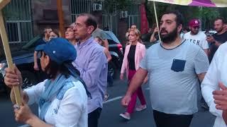 «Կաթողիկոսը չի սիրում իր ժողովրդին, նա պետք է հեռանա». Գարեգին Երկրորդի հեռացման պահանջով երթ Երևանո