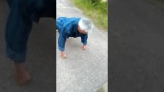 Шок!!! Деду 60 лет, вытворяет неповторимое