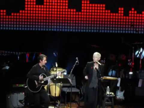 Annie Lennox wins George Harrison Global Citizen Award & sings w/Dhani Harrison on ISN'T IT A PITY