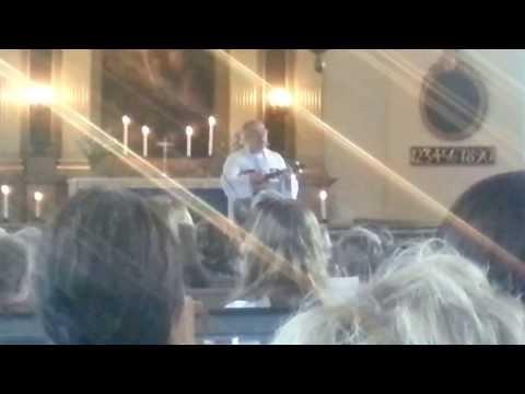 Prästen rockar loss på skolavslutningen