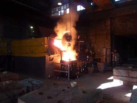 Coulée d'acier en fusion dans une fonderie