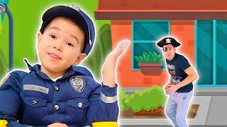 Малыш играет в полицейского. Pretend play police.