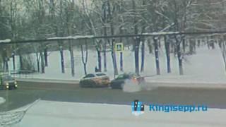 """Из-за """"ДРАКИ"""" иномарок мог пострадать пешеход. Видео ДТП в Кингисеппе с веб-камеры KINGISEPP.RU"""