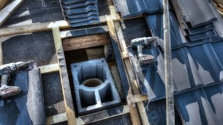 Jak wyprowadzić komin przez połać? S01E59 Docinanie dachówki. Budowa domu krok po kroku.