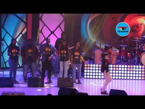 Akesse Brempong performs 'God is Working' at Adom Praiz 2017